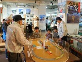 多彩な鉄道資料が展示されていた「福知山鉄道館ポッポランド1号館」の内部。開館最終日には、多くのファンでにぎわった(3月31日、福知山市下新)