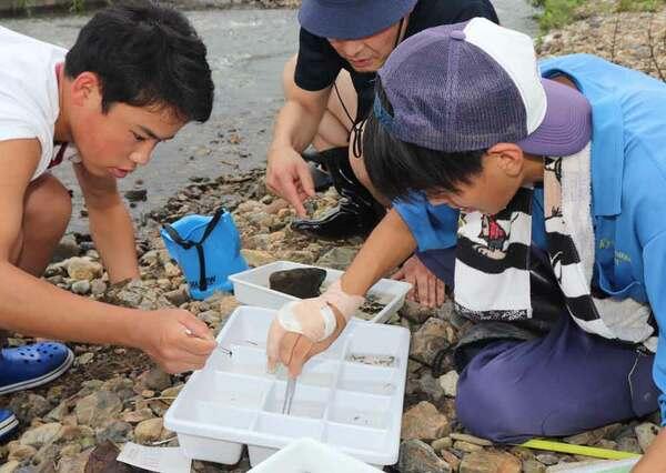 川に住む小さな生き物を調査する生徒たち(京都府南丹市園部町埴生)
