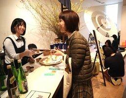 京都の地酒と京菓子の試食などが楽しめる「KYOTO PARADOX」の会場(京都市中京区・京都BAL)[LF]