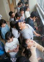 インフルエンザ予防のため、手洗いやうがいをする児童たち