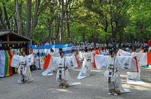 神馬が見守る中、「東游」を披露する舞人たち(12日午後4時27分、京都市左京区・下鴨神社)