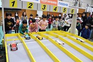 子どもたちが自作のマシンのスピードなどを競ったトイ・コンテストグランプリ(京都市伏見区・京都工学院高)