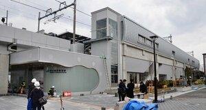 京都らしいデザインを随所に取り入れたJR山陰線の梅小路京都西駅(21日午後1時25分、京都市下京区)