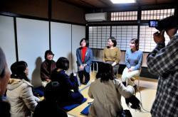 不登校について話し合う駒井社長(後列左)ら3人=京都市中京区・学び舎傍楽
