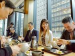 「ここ滋賀」で昨年12月開かれた茶会で煎茶のいれ方を学ぶ参加者(東京都中央区)