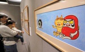 だるまちゃんの原画などが並んだ「かこさとしの世界展」(京都市下京区・大丸ミュージアム京都)