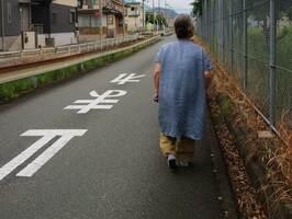 年金を頼りに一人で暮らす女性。老後の安心を実感できない日々が続く(京都府福知山市内)