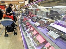 国内外のチョコレートをそろえたバレンタインの特設売り場(京都市下京区・京都高島屋)