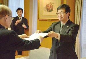 児童虐待事件に対する草津市の対応の検証結果をまとめた報告書を提出する甲津会長(市役所)