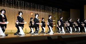 みずゑ会の大ざらえで「宮川小唄」を踊る芸妓たち(京都市東山区・宮川町歌舞練場)