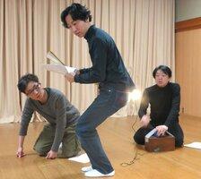 伊吹山のヒメボタルを題材にした新作狂言の稽古に励む(左から)千之丞さん、茂さん、逸平さん=京都市上京区