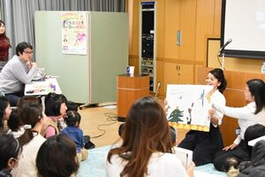 右脳を刺激する取り組みを実演する日本右脳記憶教育協会のメンバー(京都市中京区・こどもみらい館)