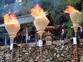 煙を上げながら勢いよく燃える大たいまつ(京都府舞鶴市小倉・富留山神社)
