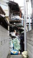 「ごみ屋敷」対策条例に基づく強制撤去の対象になった古新聞や雑誌など(2015年11月撮影、京都市内)