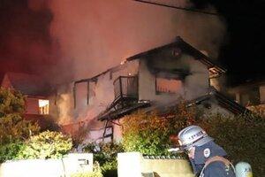 炎と煙を上げて激しく燃える民家(10日午前2時44分、大津市清和町)