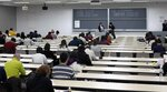席について説明を聞き、京都検定受験に臨む受験者たち(8日、京都市上京区・同志社大)