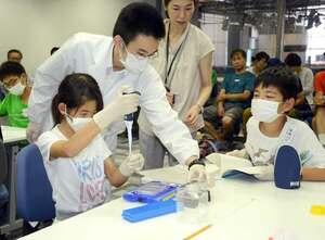 iPS細胞からつくった心臓の細胞で実験を行う参加者(京都市下京区・京都リサーチパーク)
