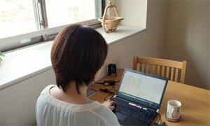 自宅で仕事をする堀場製作所グループの女性社員(東京都内)=同社提供