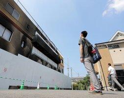 京都アニメーション第1スタジオの前で立ち尽くす男性。ファンの悲しみは深かった(8月2日、京都市伏見区)