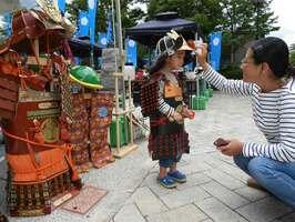 手作りの甲冑を身に付ける親子(亀岡市古世町・南郷公園光秀広場)