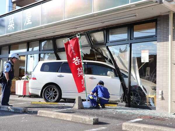 乗用車が突っ込んで壊れた和菓子店(25日午後5時30分、京都府亀岡市荒塚町)