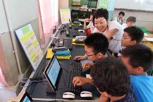 LINEを活用したプログラミング教育を体験する児童たち(京都市北区・紫野小)