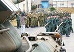 戦車につないだロープを引っ張る新成人の隊員たち(滋賀県高島市・陸上自衛隊今津駐屯地)