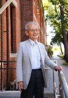 母校の京都大でたたずむ吉野彰さん(2018年9月、京都市左京区)