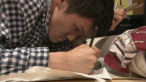 映画の一場面。極細のペンと色鉛筆で作品を描く古久保さん