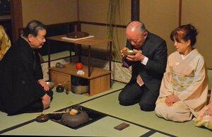 東京初釜で千宗守家元(左端)の練った濃茶を味わう招待客=東京都文京区