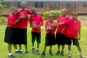 ルワンダから届いた、ライトを持つ子どもたちの写真=南丹高提供