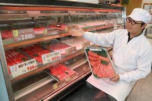 実物の牛肉の代わりに、肉の写真が並ぶ店頭(滋賀県近江八幡市・肉のあさの)