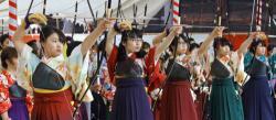 新成人が弓道の腕を競う現代の「通し矢」(2018年1月14日撮影、京都市東山区・三十三間堂)