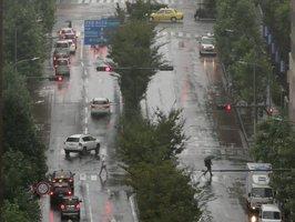 台風19号の影響で雨にかすむ京都市内(12日午前10時55分、京都市中京区)