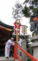 本殿前に設置された巨大な「しるしの杉」のオブジェ(京都市伏見区・伏見稲荷大社)