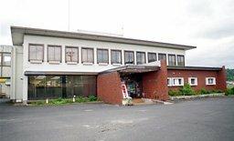 与謝野町教育委員会がまとめた案で機能を統合し、取り壊す方針が示された中央公民館。図書館分室や体育館を併設している(京都府与謝野町四辻)