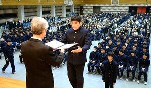 卒業証書を受け取る卒業生(9日午前10時32分、京都市北区・洛星高)