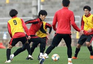 ゲーム形式の練習でゴールに迫る宮吉(中央)=沖縄県八重瀬町・東風平運動公園サッカー場