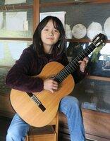 ギターの練習に励む岩瀬玉青さん(南丹市美山町の自宅)