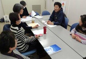 家族会「みやび」設立に向け打ち合わせをするメンバーたち(京都市中京区・市こころの健康増進センター)