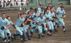 14度目の甲子園出場を決め喜ぶ近江の選手ら(皇子山球場)