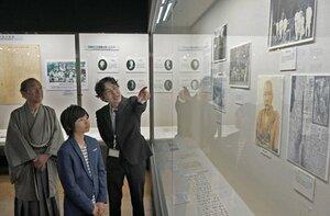 自身が演じた西郷菊次郎のコーナーを見学する城桧吏さん(左から2人目)=京都市左京区・琵琶湖疏水記念館